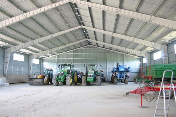 Étude et construction de hangars et bâtiments en charpente métallique